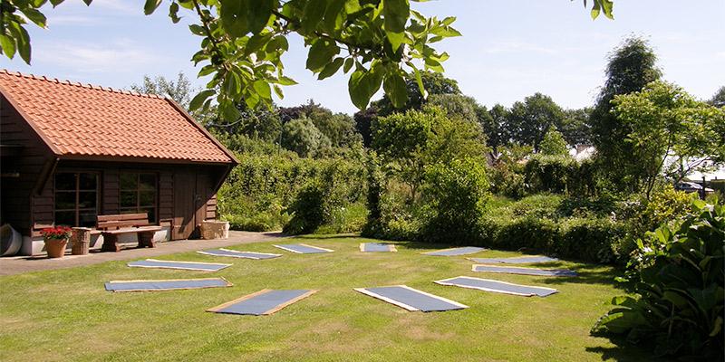 De yogatuin van Yogacentrum Eemland